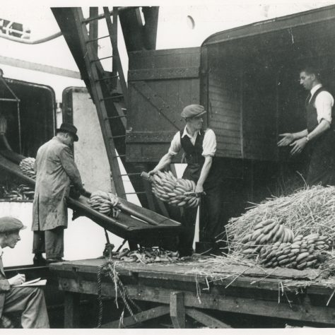 Unloading bananas from ship to lorry with the Tally man | Museum in Docklands project